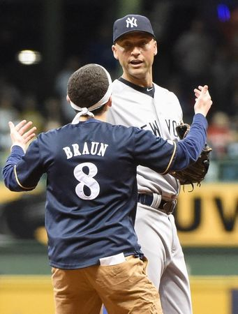 jeter_brewers_fan2