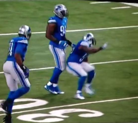 vine-lions-lb-stephen-tulloch-gets-sniped-while-celebrating